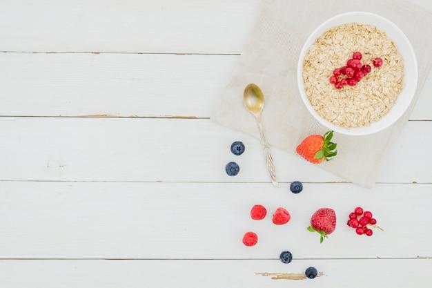Desayuno con cereales y fresas