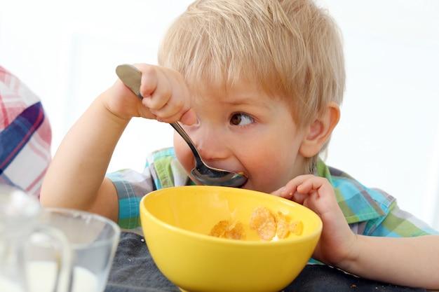 Desayuno. chico junto a la mesa