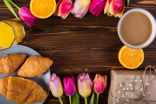 Desayuno clásico decorado con flores.