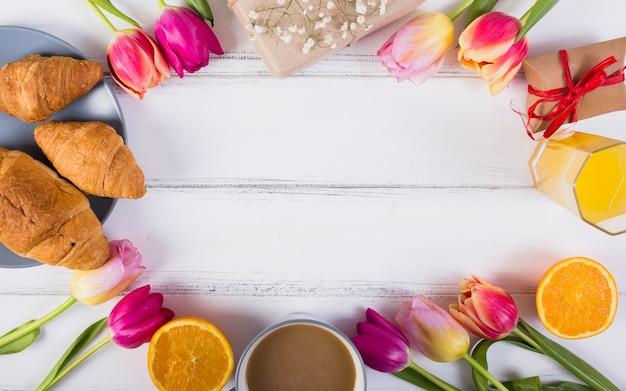 Desayuno clásico con tulipanes.