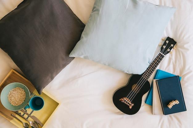 Desayuno en la composición de la cama
