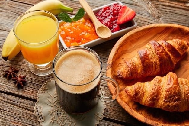 Desayuno continental croissant café zumo de naranja