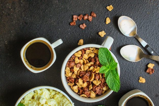 Desayuno, copos de maíz, café, requesón, otros: delicioso y saludable.