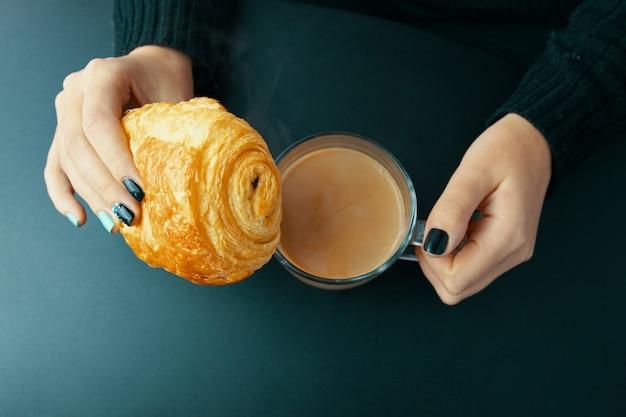 Desayuno con croissant francés y café.
