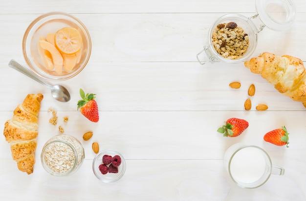 Desayuno con croissant y frutas