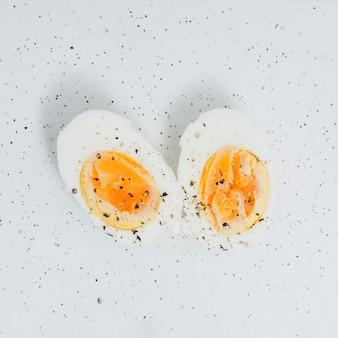 Desayuno con croissant y huevo cocido