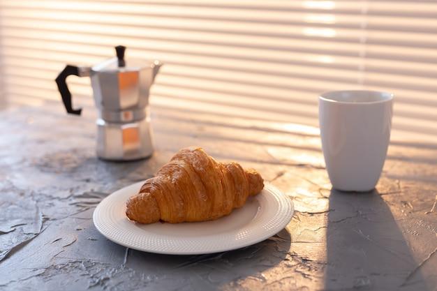Desayuno con croissant y moka pot matutino y concepto de desayuno