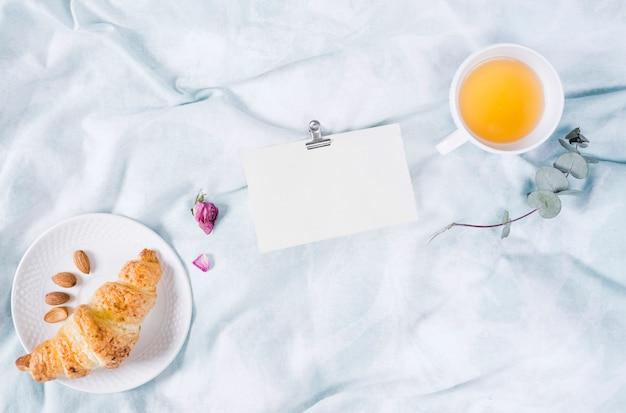 Desayuno con croissant y taza de té