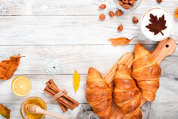 Desayuno de croissants con copia espacio.
