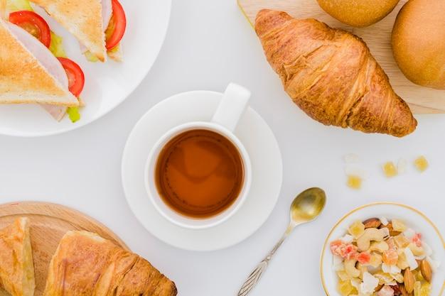 Desayuno con croissants y frutas