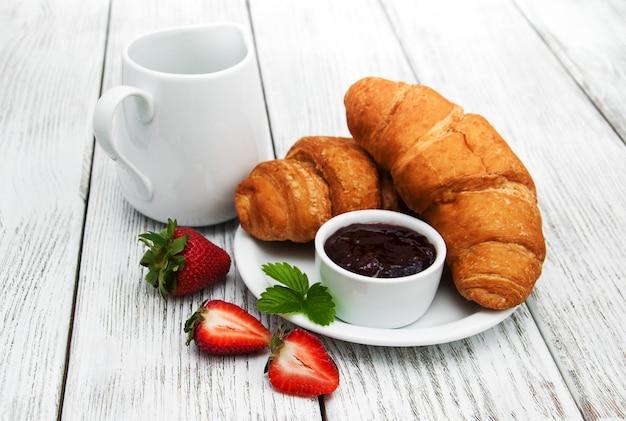 Desayuno con croissants.