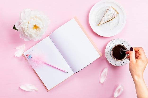 Desayuno con cuaderno, café y buen humor.