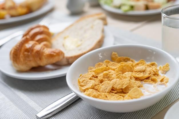 Desayuno delicioso y saludable servido con cruasanes