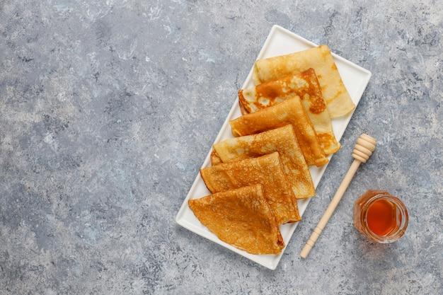 Desayuno delicioso. vacaciones ortodoxas maslenitsa. crepes con cumquats y honet, vista superior