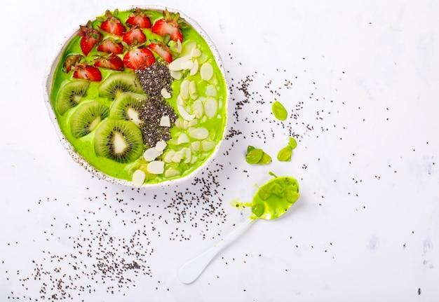 Desayuno detox green smoothie bowl