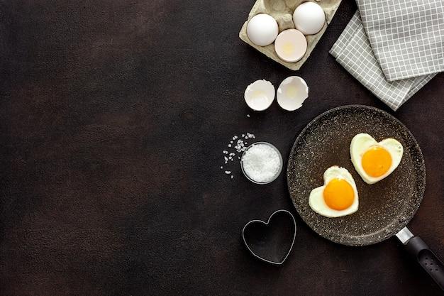 Desayuno en el día de san valentín huevo frito en forma de corazón