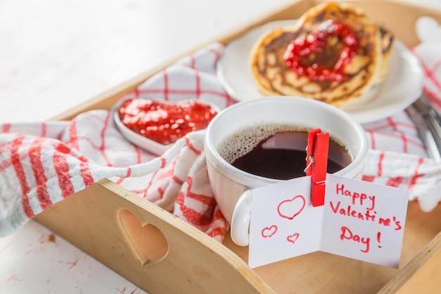 Desayuno para el día de san valentín: panqueque, mermelada y café