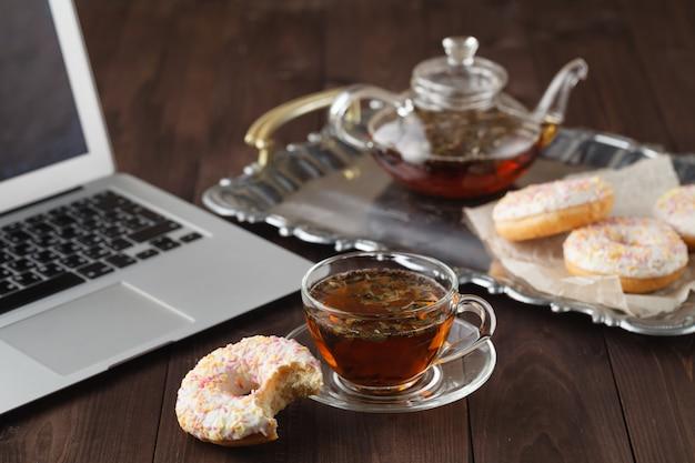 Desayuno para el día de san valentín con té y donas