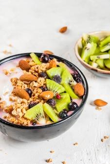 Desayuno de dieta saludable: tazón de batidos, con yogur, arándanos frescos