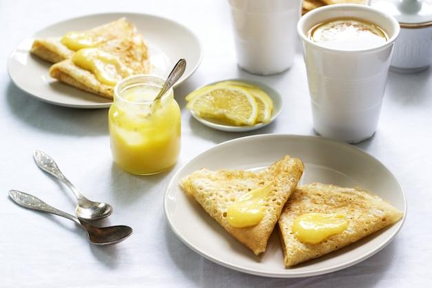 Desayuno para dos personas con panqueques, crema de limón y té. desayuno en el día de san valentín.