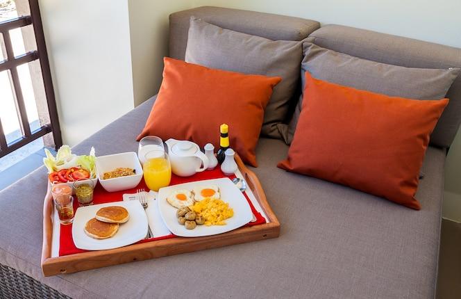 Desayuno en bandeja en la cama