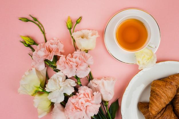 Desayuno encantador y flores