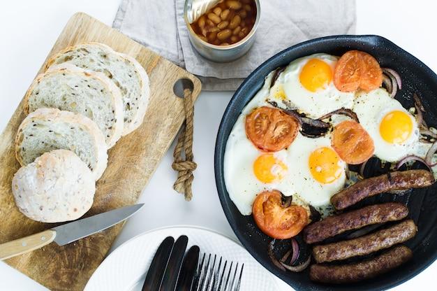 Desayuno equilibrado saludable en una sartén sobre un fondo blanco.