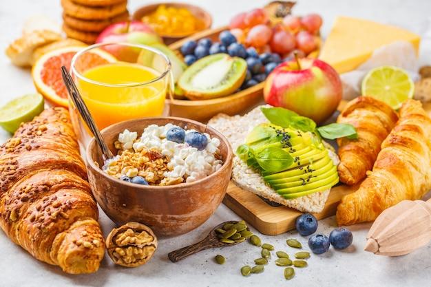 Desayuno equilibrado saludable sobre un fondo blanco.