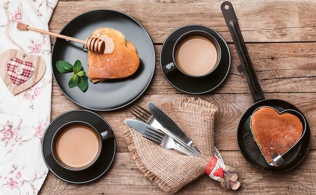 Desayuno en un estilo rústico de corazones punk. desayuno romantico