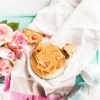 Desayuno festivo flores mantequilla de maní bownies