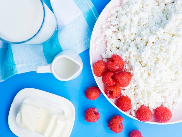 Desayuno con frambuesas y productos lácteos