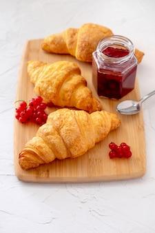 Desayuno francés saludable con bayas, cruasanes y mermelada