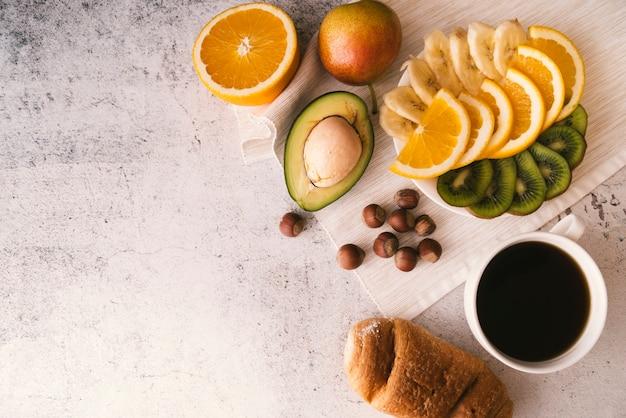 Desayuno de frutas y café con espacio de copia.