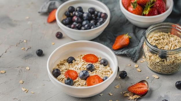 Desayuno con frutas y cereales listos para servir.