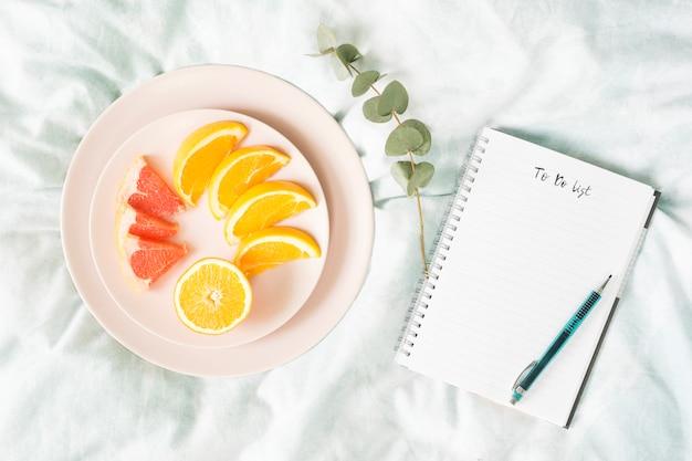 Desayuno con frutas y un cuaderno