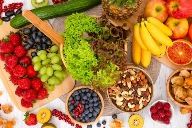 Desayuno con frutas y nueces mixtas.