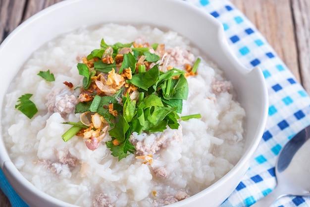 Desayuno gachas de arroz en una mesa de madera