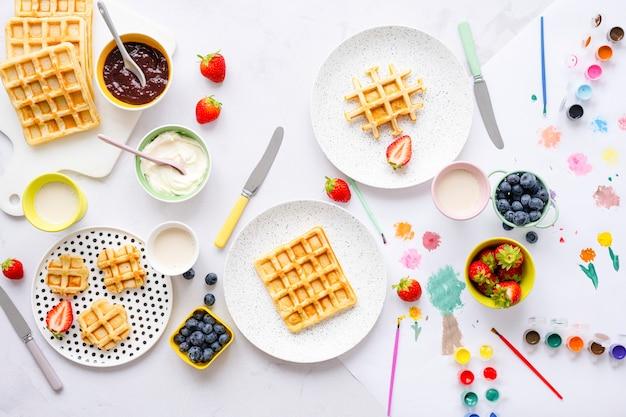 Desayuno de gofres para niños con crema coagulada