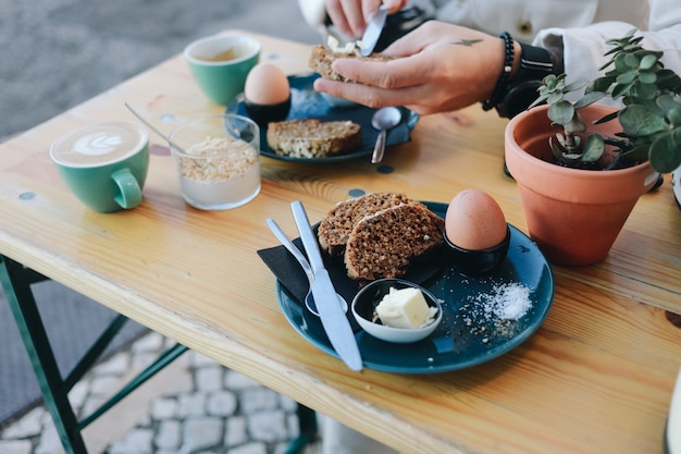 Desayuno hipster en café con pan de centeno