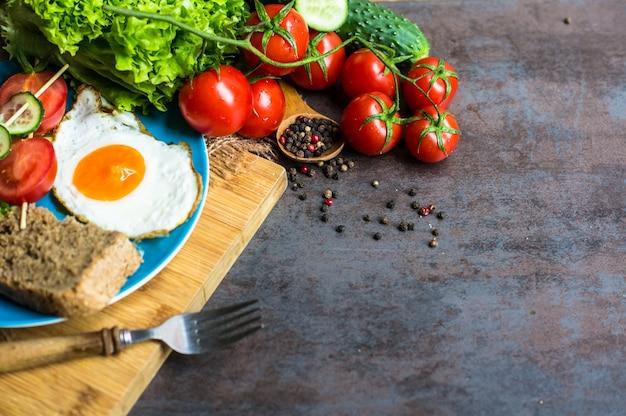 Desayuno con huevo frito y verduras.