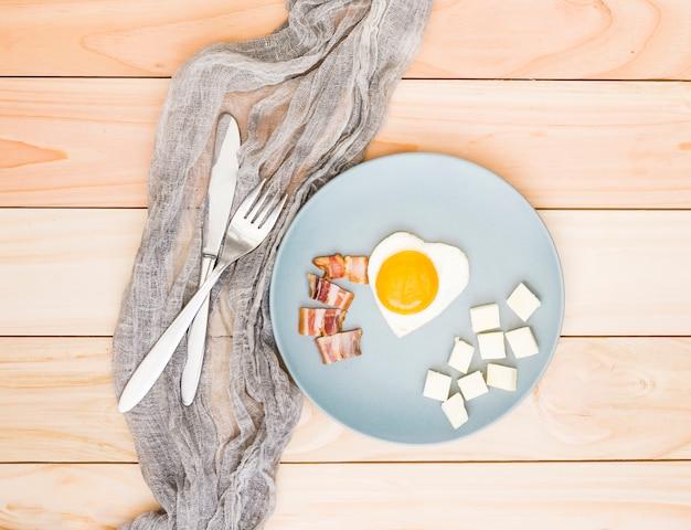 Desayuno con huevos y bacon