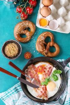 Desayuno con huevos fritos y tocino.