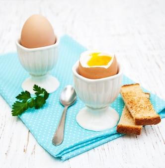 Desayuno con huevos y tostadas.