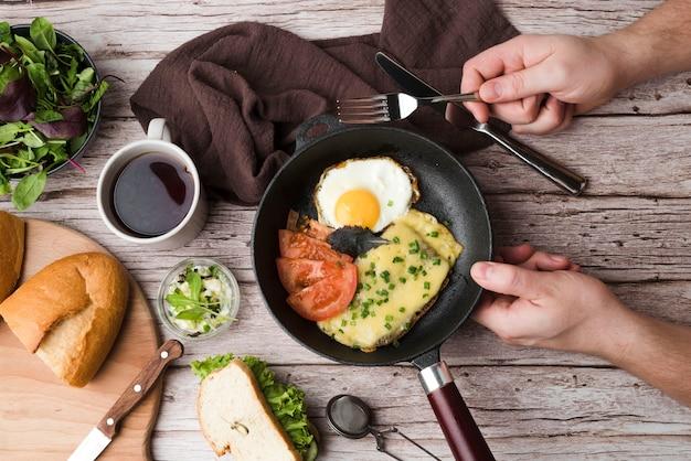 Desayuno con huevos y verduras.