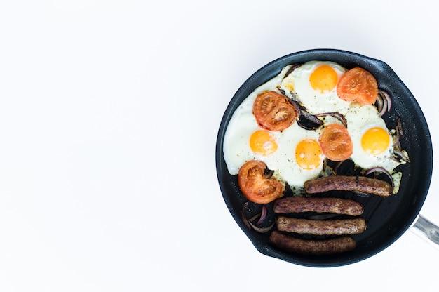 Desayuno inglés en una cacerola en un fondo blanco.