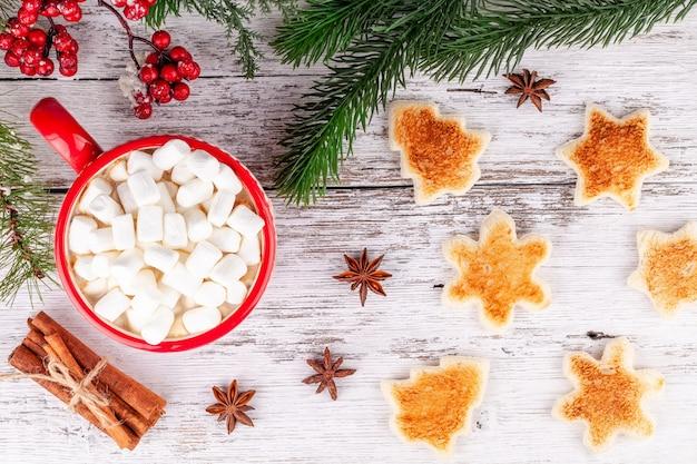 Desayuno de invierno, taza con chocolate caliente, malvaviscos, pan tostado