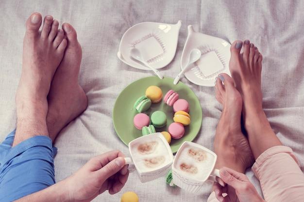 Desayuno juntos en la cama con macarrones.