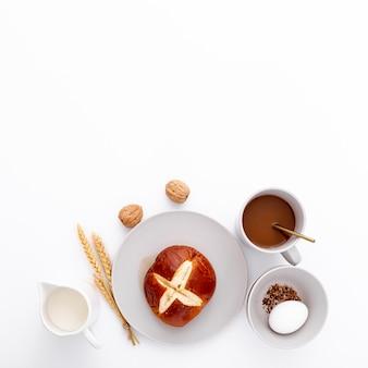 Desayuno de la mañana con café y bollos.