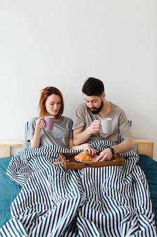 Desayuno de la mañana en la cama con croissant