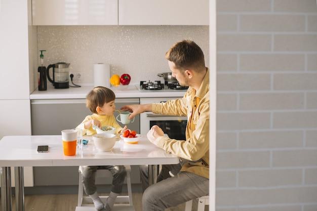 Desayuno de la mañana con padre e hijo.